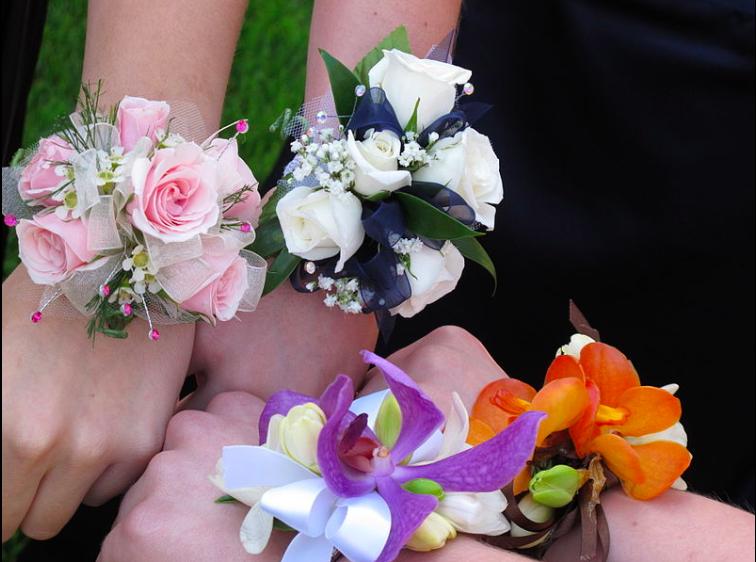 Bouquet Sposa Vero O Finto.Fiori Al Polso La Tradizione Del Corsage Le Mariage