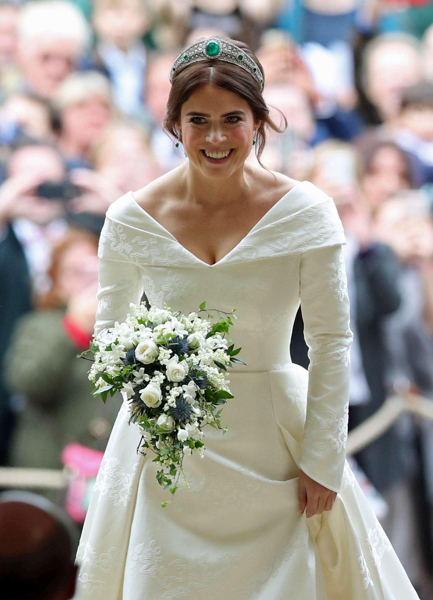 7e02b38fadb4da Eugenia indossa un abito da sposa principesco, firmato Peter Pilotto e  Cristopher de Vos. Il pizzo è bandito da questo modello, realizzato in  tessuto ...