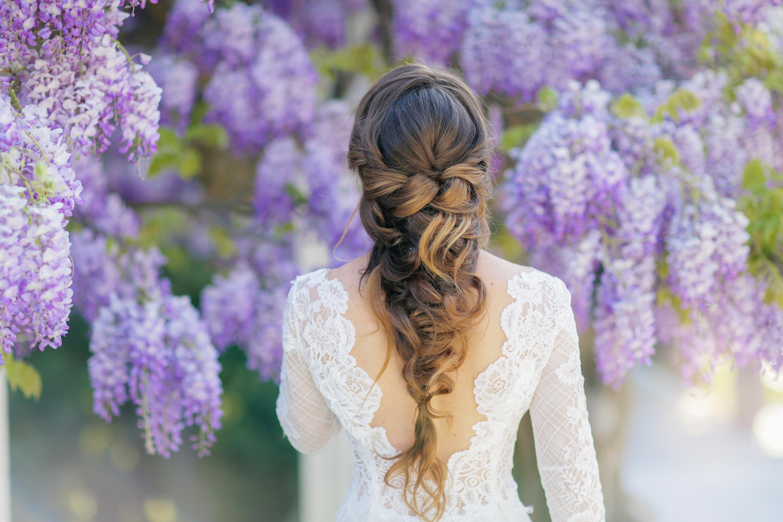 Idee acconciatura sposa: capelli semiraccolti